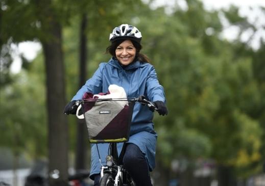 Anne Hidalgo: «Nous arriverons peut-être bien avant 2030 à ce qu'il n'y ait plus de véhicules à essence ou diesel à Paris, parce que les comportements, les constructeurs, l'innovation, vont être là au rendez-vous.» Et pour ce qui est de modifier les comportements, la mairie de Paris a trouvé la solution: la contrainte!