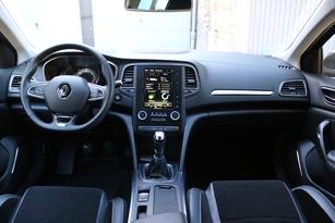 Cockpit classique, qualité correcte et bonne position de conduite pour la Mégane.