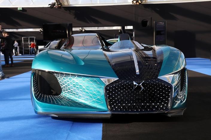 Mi-barquette mi-voiture autonome, l'asymétrique DS X E-Tense bosucule les codes du style automobile.