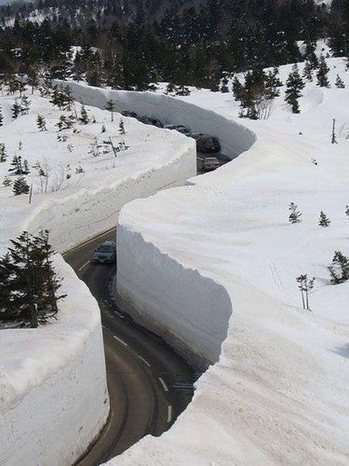Japon : une route s'insère entre des murs de neige
