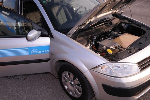 Nicolas Sarkozy découvre la Renault Mégane électrique