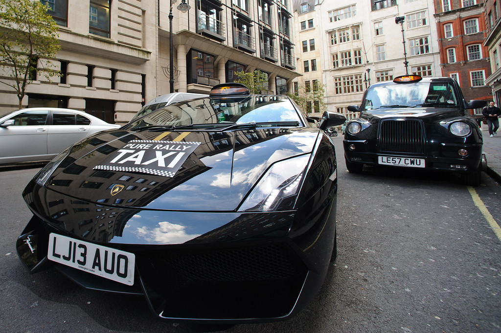 insolite un taxi lamborghini londres. Black Bedroom Furniture Sets. Home Design Ideas