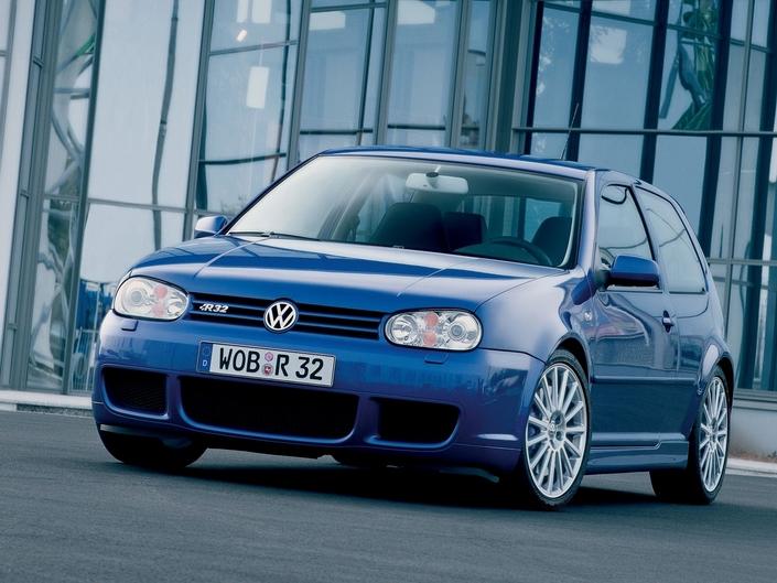 En 2003, la Golf R32 inaugure en Allemagne la boîte DSG. Notez le téléphone Nokia pour lequel un support spécifique était disponible chez VW !
