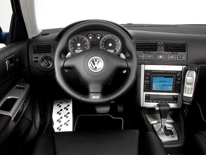 Ergonomie soignée pour le tableau de bord mais finition banale. Cette V R32 dispose d'options intéressantes : cuir, boîte DSG, GPS tactile. Elles renforcent la cote de la voiture.