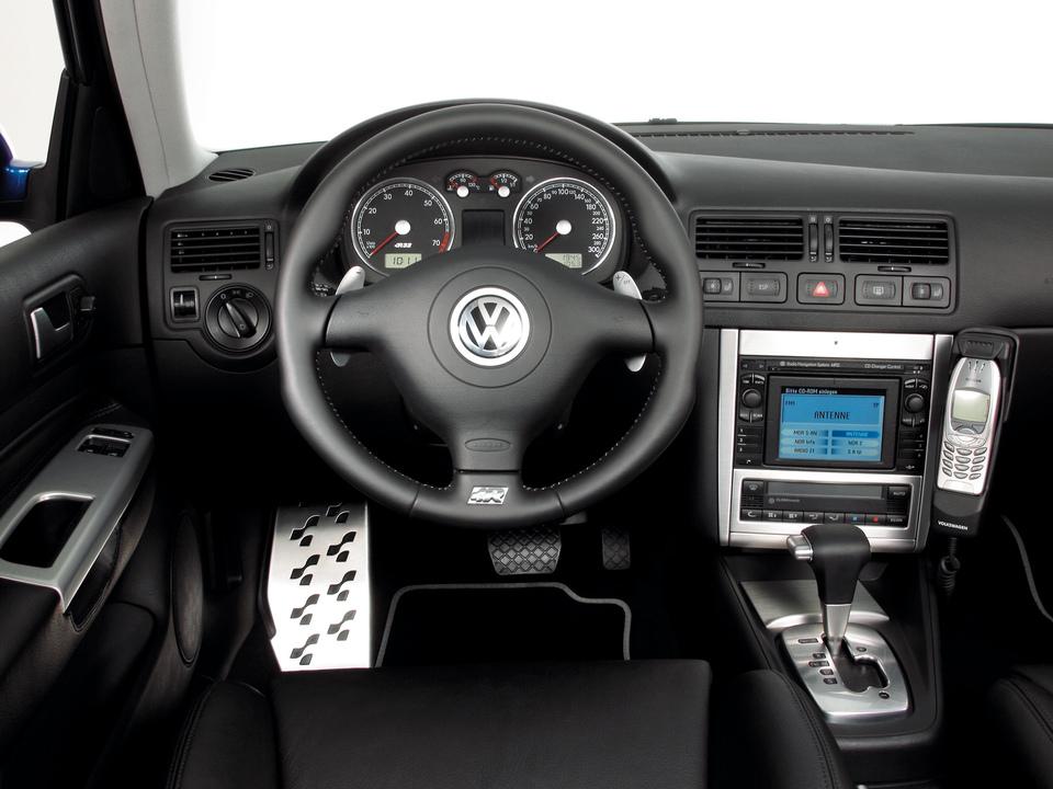 Dynamiquement, la V R32 est plus réussie que la IV mais demeure plus une GT très rapide qu'une dévoreuse de virolos.