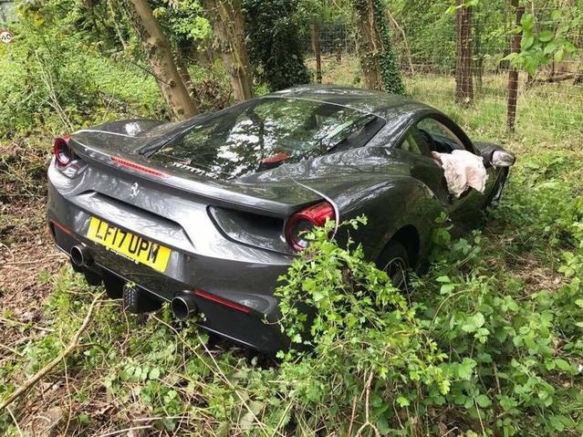 Il plante sa Ferrari 488 neuve après 100 km, et sans assurance