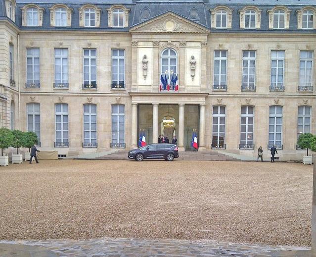 En octobre 2014, alors qu'il était ministes des Finances, Emmanuel Macron avait fait entrer la Renault Espace dans la cour de l'Elysée. Un avant-goût de dimanche prochain?