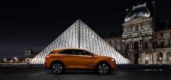 La DS7 a été présentée dans la cour du Louvre, quelques semaines avant qu'Emmanuel Macron y prononce son premier discours présidentiel. Un signe?