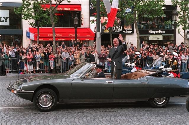 Jacques Chirac remontant les Champs-Elysées le 17 mai 1995 lors de sa cérémonie d'investiture.