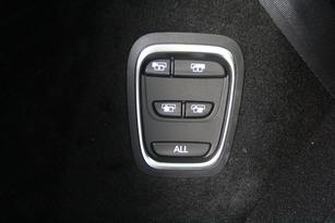 Cette commande permet de rabattre chaque siège électriquement individuellement, ou bien tous ensemble en un seul appui.