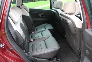 Les places arrière, avec un empattement accru de 8 cm, sont spacieuses. La banquette coulisse sur une quinzaine de cm.
