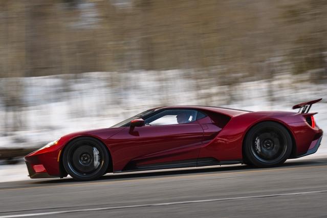 Ford tenait à ce que cette GT présente une surface frontale aussi réduite que possible. On obtient une voiture de 1,11 mètres de haut!