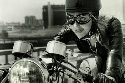"Vidéo ""Tunnel of Love"" : une Norton, un motard, une belle blonde ..."