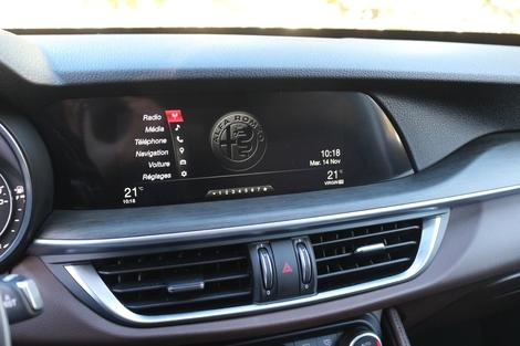 Comparatif vidéo - Alfa Romeo Stelvio vs Land Rover Velar : le feu et la glace