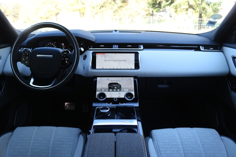 Le cockpit du Velar est moderne et luxueux.