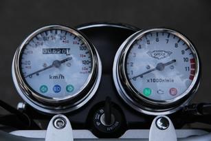 L'instrumentation ne change pas et propose le strict minimum. Il manque toujours un totalisateur partiel et une jauge à essence.