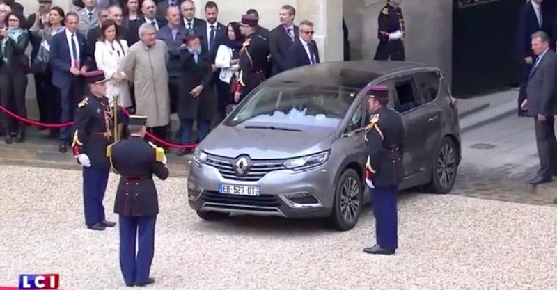 passation de pouvoir macron arrive l 39 elys e en renault espace hollande repart en ds 5. Black Bedroom Furniture Sets. Home Design Ideas