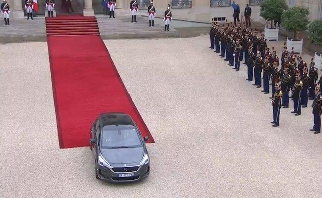 Passation de pouvoir: Macron arrive à l'Elysée enRenault Espace, Hollande repart en DS 5