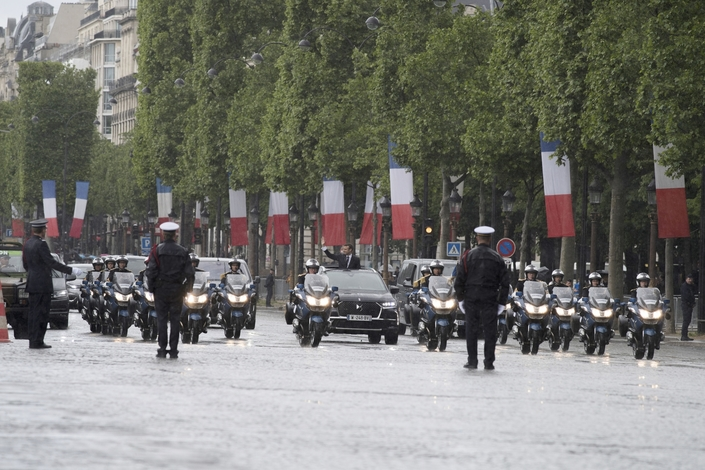 Le convoi présidentiel durant sa descente des Champs-Elysées effectuée partiellement sous la pluie...et toit grand ouvert.