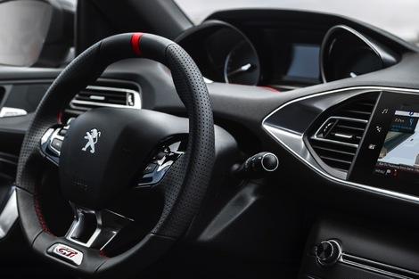 Le plaisir de conduite de la Peugeot est parfaitement symbolisé par ce petit volant.