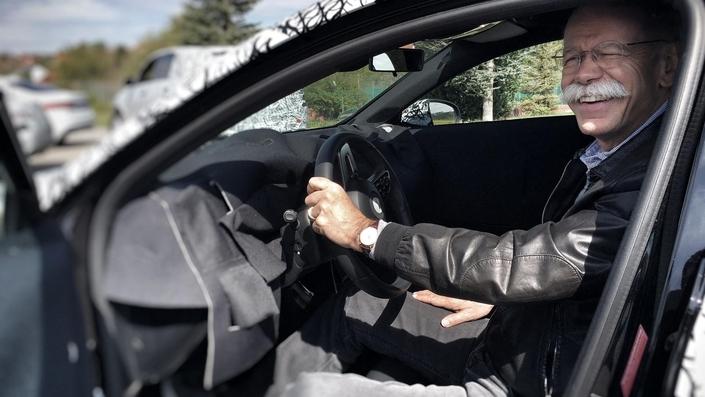 Nouvelle Classe A : un étonnant teaser avec le patron de Mercedes en selfie