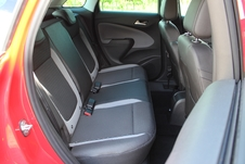 Les places arrière sont spacieuses et la banquette peut coulisser (en option) sur 15 cm.