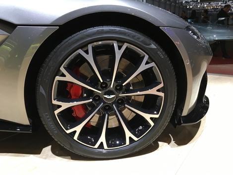 Il faut bien des étriers 6 pistons pinçant des disques de 400 mm de diamètre pour arrêter les 510 ch du V8 4.0 d'origine AMG. Le 0 à 100 est annoncé en 3,7 s.