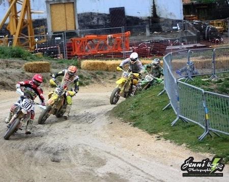 Supermotard championnat de France 2011 : chassé-croisé à l'Alpe d'Huez.