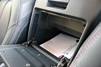 La boîte à gants entre les sièges