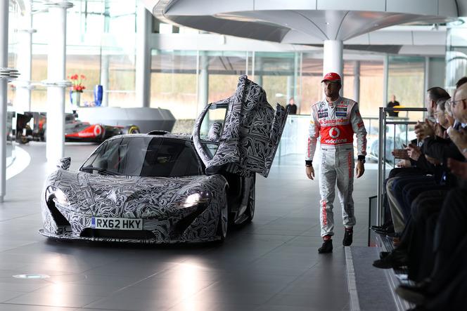 Deux pilotes tout sourire, en l'occurrence Jenson Button et le nouvel arrivant Sergio Perez, heureux d'œuvrer à la réussite d'une grande équipe de Formule 1. Pour l'occasion, Button, le plus capé, est arrivé au volant d'un prototype camouflé de la P1, qui sera dévoilée sous sa forme définitive début mars au salon de Genève. L'auto a disparu aussi vite qu'elle était arrivée et peu d'informations techniques ont filtré pour le moment. Patience, ce n'est qu'une question de jours…
