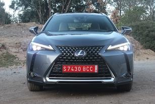 La face avant est typique de Lexus, avec une énorme calandre en forme de sablier.