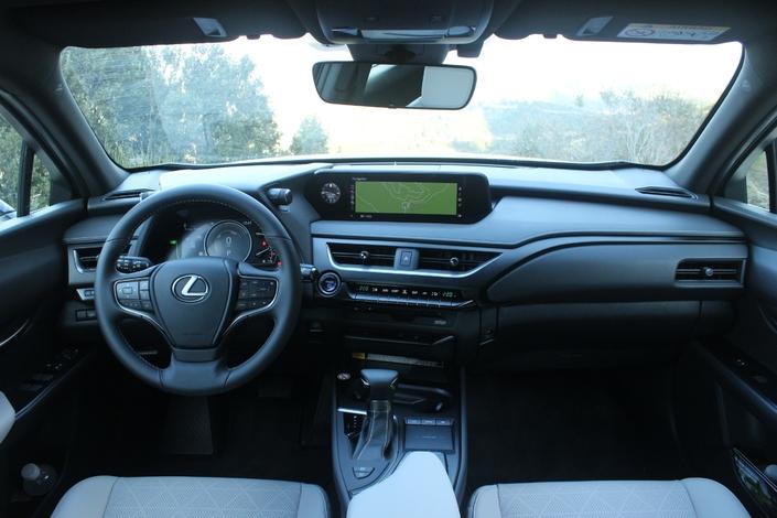 """La planche de bord n'est pas très joyeuse mais les matériaux sont de qualité, et le dessin (un peu) BMW dans le style et le placement des éléments. Les assemblages sont rigoureux, sauf pour ce qui est de la console entre les sièges. La montre analogique, reprise de la berline LS, est la touche """"rétro"""". Enfin, l'ergonomie est typique Lexus, c'est-à-dire qu'il faut s'y """"habituer""""."""