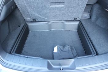 L'espace sous le plancher est déjà compté dans les 320 litres de volume de chargement, il ne s'y ajoute pas.