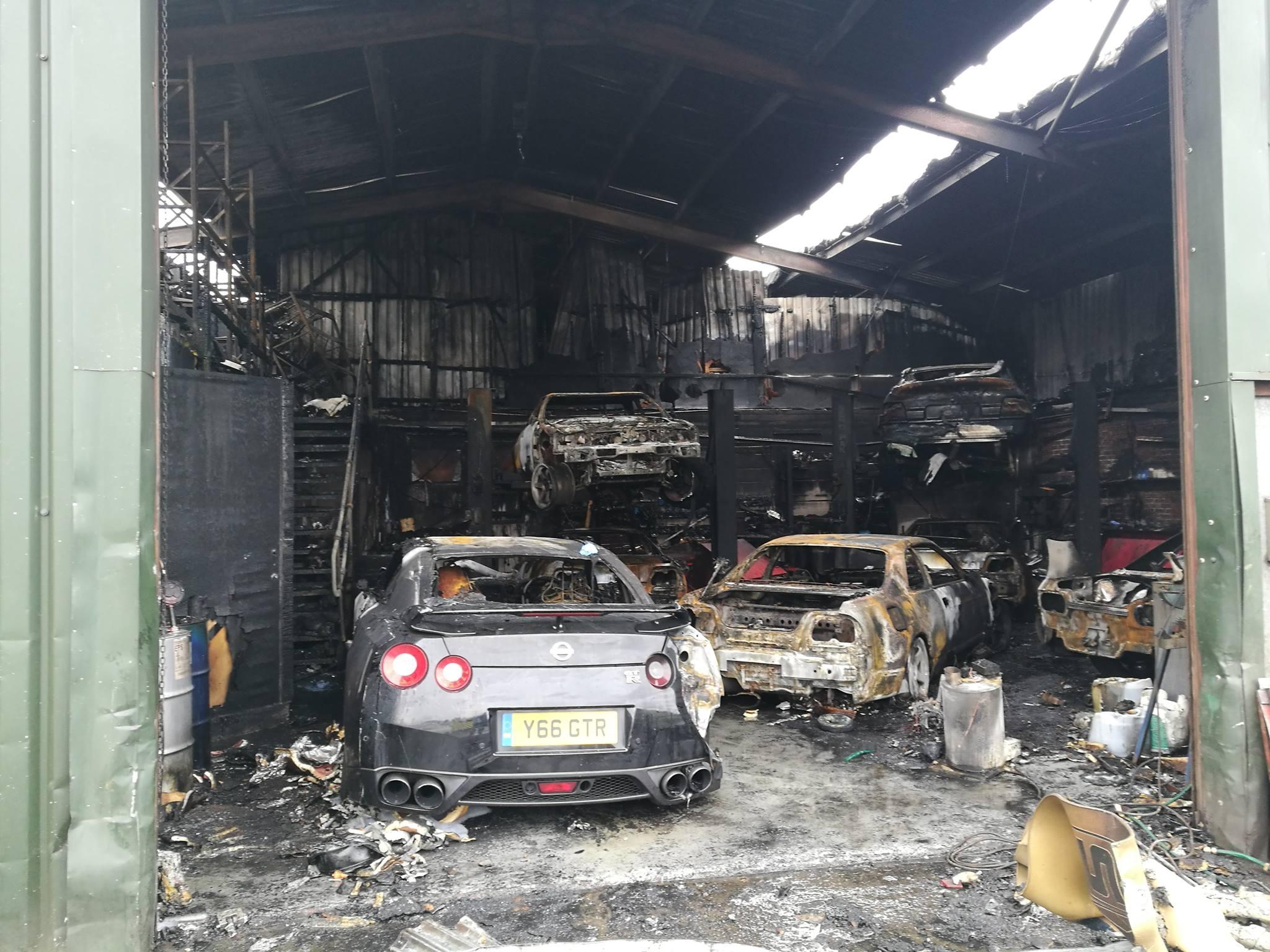 Un garage sp cialiste de la nissan gt r prend feu avec for Garage de la diligence taverny