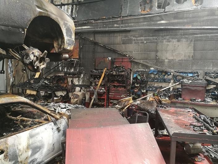 Un garage spécialiste de la Nissan GT-R prend feu, avec toutes les autos à l'intérieur
