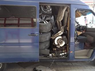 Insolite : comment faire entrer un BMW X6 dans une camionnette