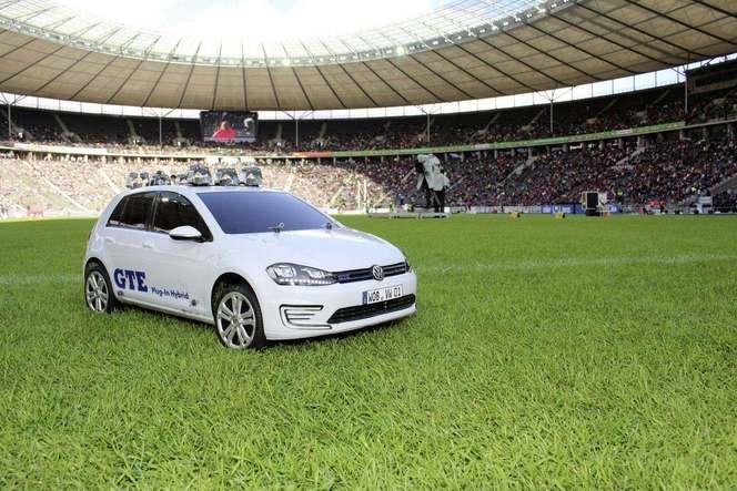 Insolite : une Volkswagen Golf miniature transporte du matériel sportif