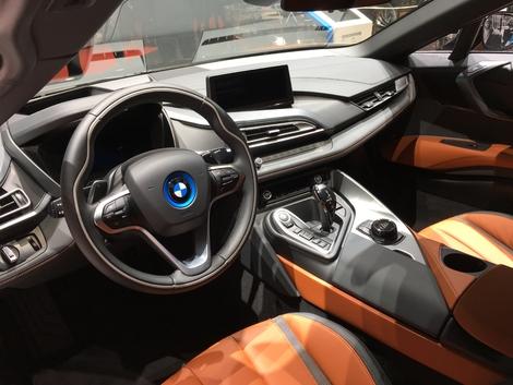 L'habitacle de la i8 roadster. Franchement différent des autres modèles de la marque, il est séduisant par son originalité et ses courbes plus prononcées qu'ailleurs.