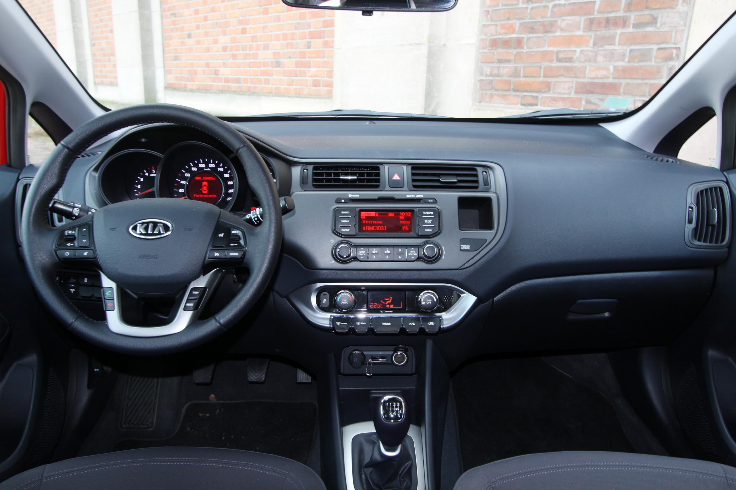 Toyota yaris vs kia rio les d complex es for Interieur yaris 3
