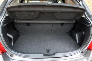Plus petite de 20 cm, la Yaris propose 286 litres de coffre.