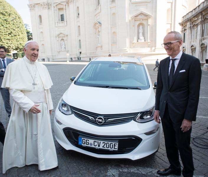 le pape a une nouvelle voiture l 39 opel ampera e. Black Bedroom Furniture Sets. Home Design Ideas