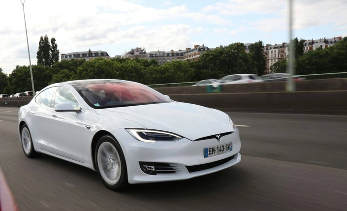 vid o la tesla model s 100d jusqu 39 la panne combien de kilom tre peut on faire en une seule. Black Bedroom Furniture Sets. Home Design Ideas