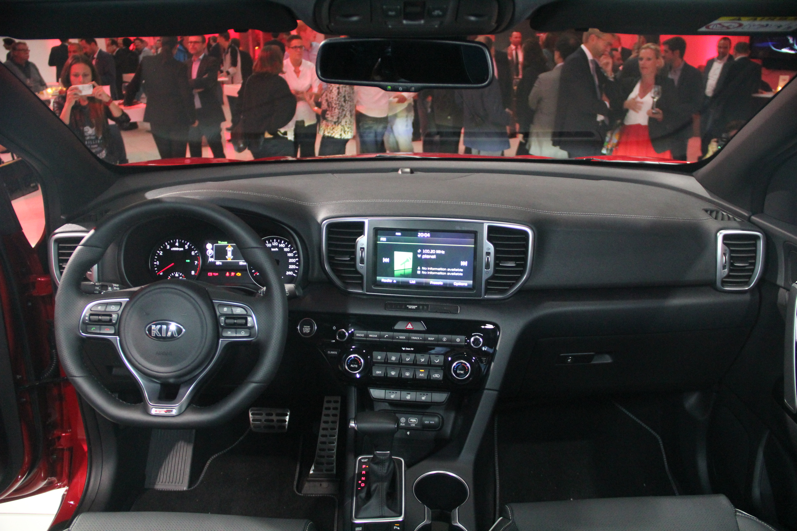 Kia sportage beau gosse vid o en direct du salon de for Interieur kia sportage 2017