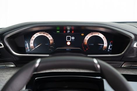 Pas d'affichage tête haute dans la Peugeot, car l'instrumentation est en hauteur.