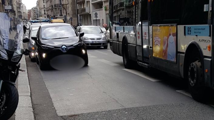 Couloir de bus, bateau, voire directement sur la chaussée, la Renault Zoé d'Anne Hidalgo est régulièrement garée sur des emplacements interdits.