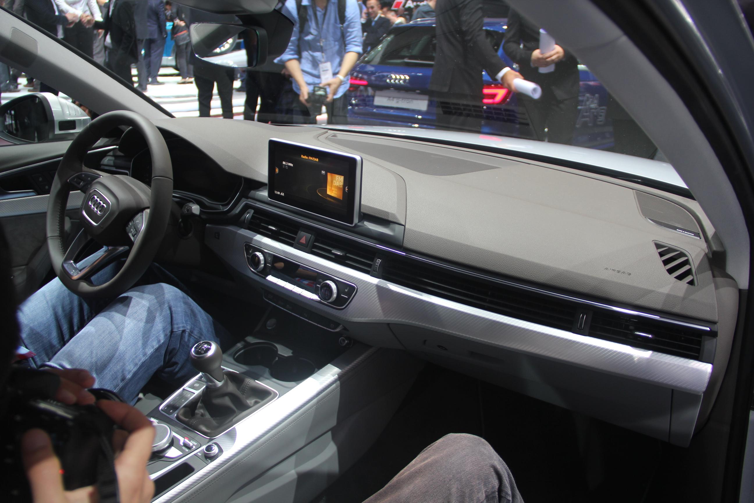 Audi a4 bonheur int rieur vid o en direct du salon de for Audi a4 interieur tuning