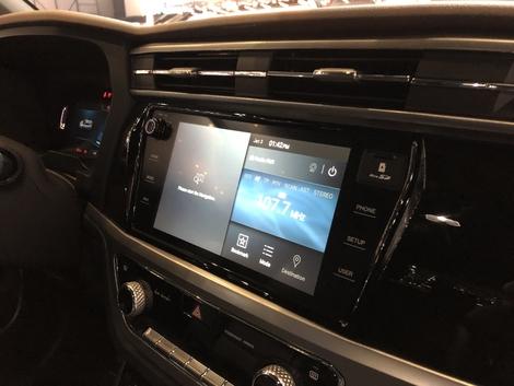 L'écran central tactile de 10'' est compatible Android et Carplay.