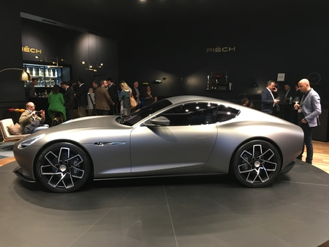 La fluidité des lignes qui font penser à une Aston Martin.