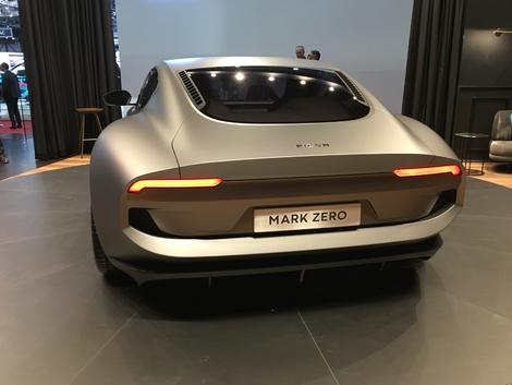 L'arrière a des faux airs d'Aston Martin V8