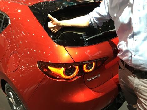 L'imposant montant arrière donne une forte personnalité à la compacte de Mazda.